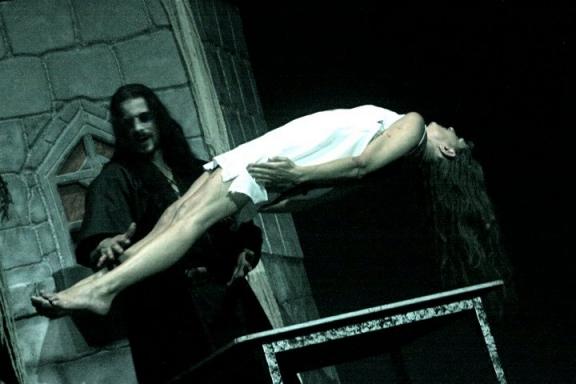 """Sirius est dracula dans le spectacle """"La nouvelle fiancée de Dracula"""" - Spectacle 'gore'"""